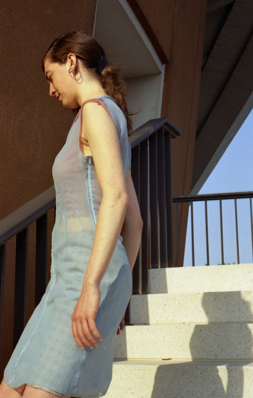 Robe en mousseline polyester avec jupon en carré de soie vintage, pièce unique / 2005